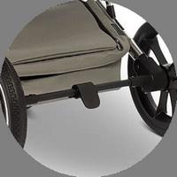 Удобный тормоз-рычаг арсположен на задней оси и активируется одним нажатием. Он не портит и не пачкает обувь.