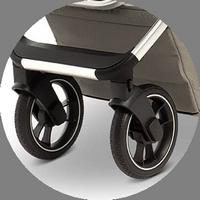 """Поворотные передние колеса чутко реагируют на каждое движение родителей, а при необходимости их можно зафиксировать в положении """"прямо""""."""