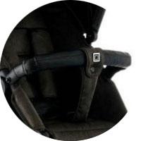 Передний бампер, обитый качественной экокожей, снимается. Он оснащен страховочным ремнем с прострочкой нитью в цвет коляски Мун Кул 2 в 1. При необходимости отстегивается с 2 сторон