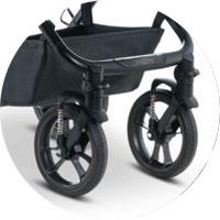 Передние колеса - поворотные, меньшего диаметра