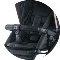 Для защиты малыша от выпадения имеется защитный бампер и ограничитель и ремни безопасности